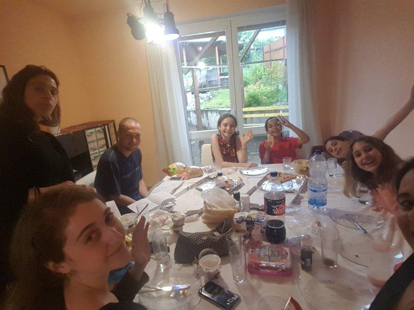 הארוחה המשותפת הראשונה שלנו, פיצות ולחם מקומיים וחומוס וגבינות מישראל!